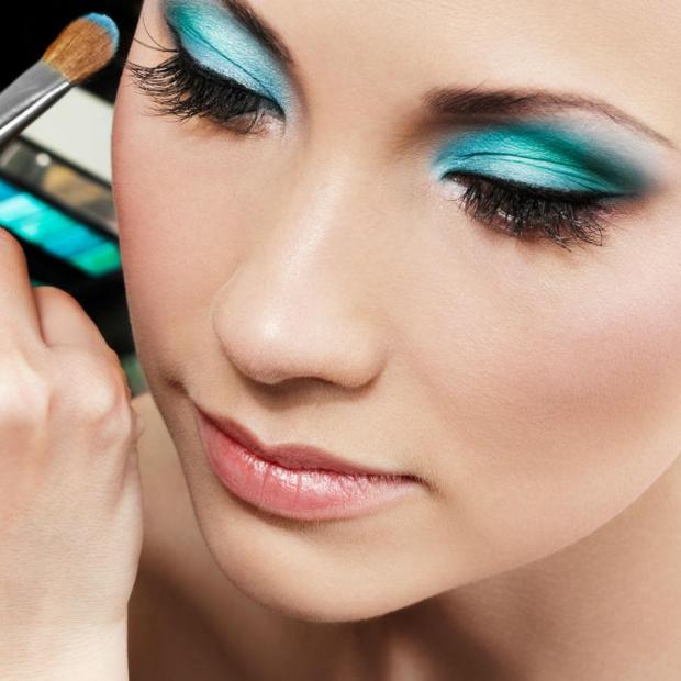 mujer-maquillandose-con-sombras-azules