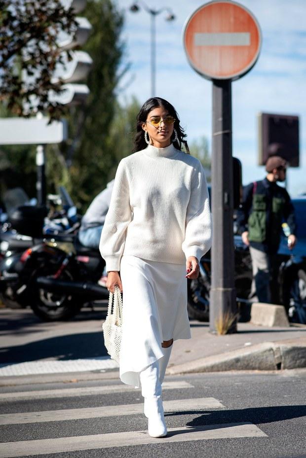 tendencias_ropa_mujer_otono_invierno_2018_sudadera_falda_botas_street_style_301368742
